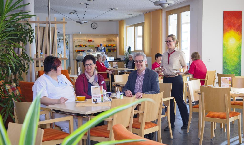 Wigbert Wahl mit Mitarbeitern bei einer Kaffeepause mit selbstgemachten Kuchen.