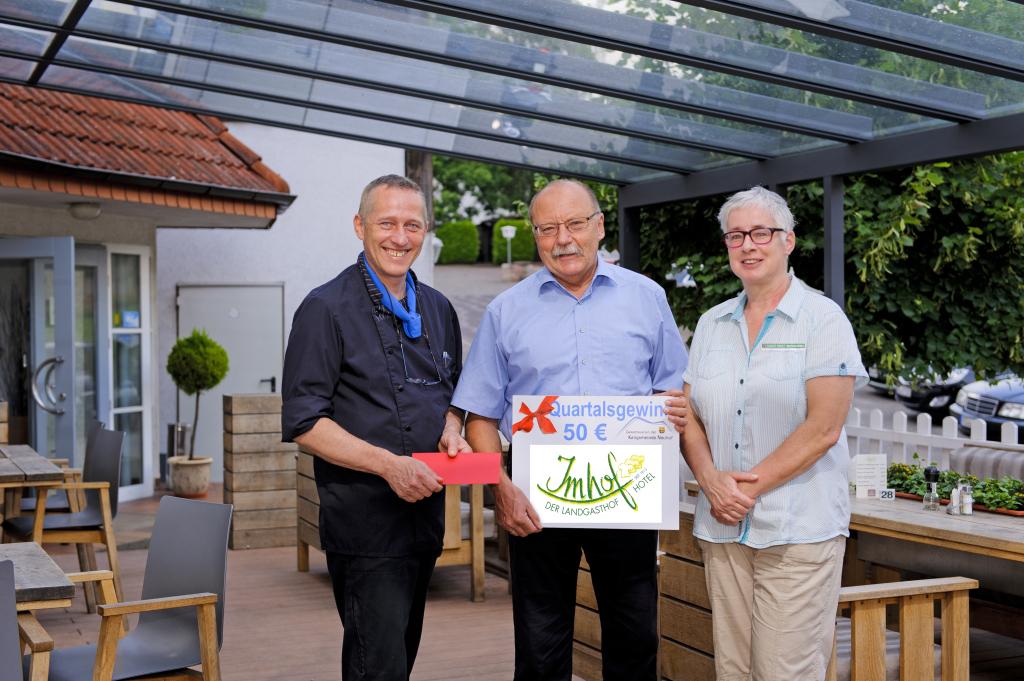 (von links) Jürgen Imhof, Gewinner Winfried Müller und die Gewinnbeauftragte Manuela Vogel. Foto: Fotostudio Lippert