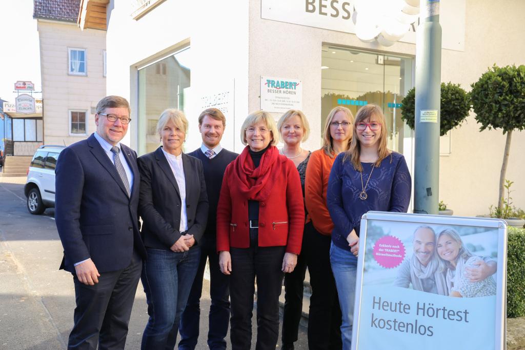 BU: Andreas und Annette Trabert mit Bürgermeisterin Maria Schultheis und dem Neuhofer Team (v.l.).