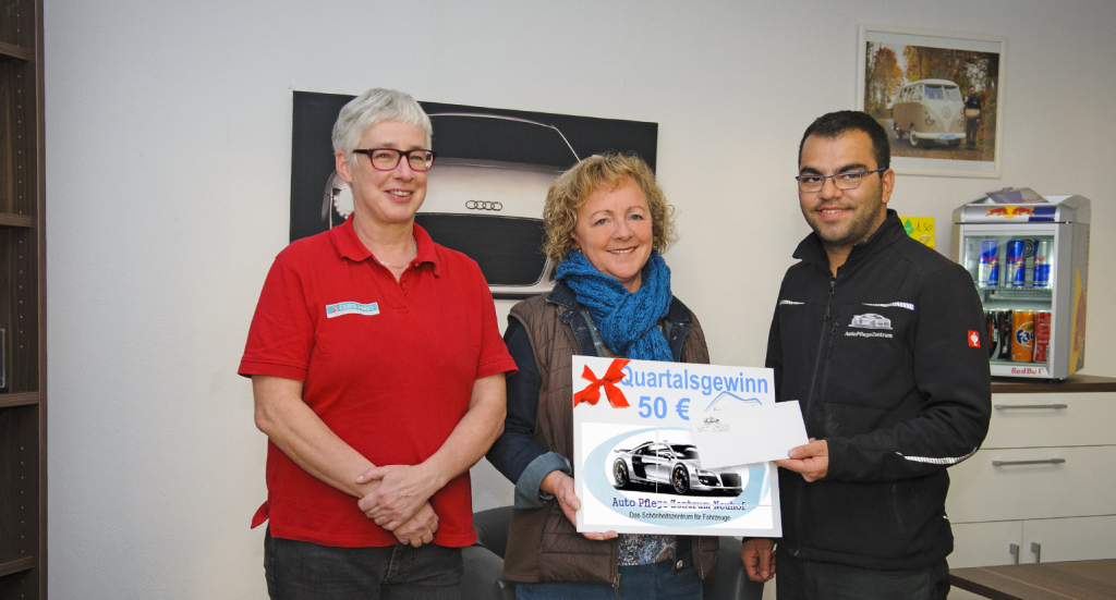 (von links) Die Gewinnbeauftragte Manuela Vogel, Gewinnerin Marion Goldbach und Yoldas Celik. Foto: Fotostudio Lippert