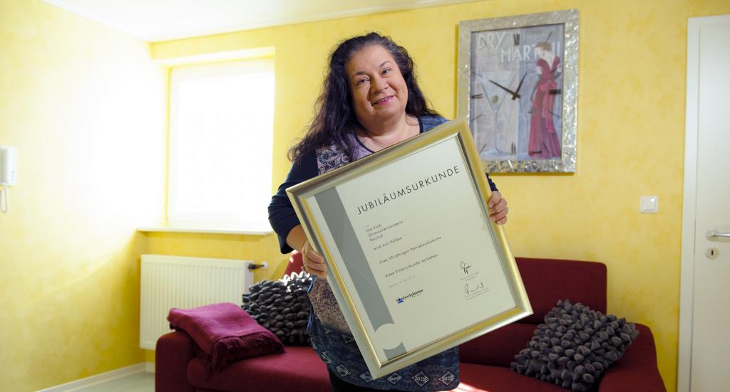 Uta Kaib mit der Jubiläumsurkunde zum 50-jährigen Bestehen. Foto: Fotostudio Lippert