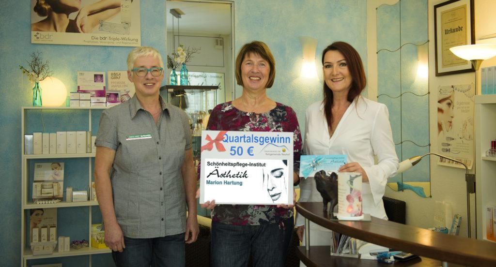 (von links): Manuela Vogel (Gewerbeverein Neuhof), Gewinnerin Marlies Kress und Marion Hartung. Foto: Fotostudio Lippert