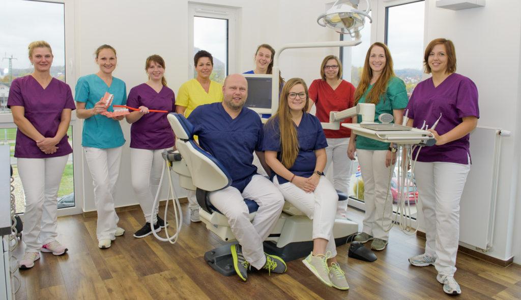 Die Zahnärzte Sascha Engel und Elisabeth Leh (vorne Mitte) mit ihrem Praxisteam. Foto: Fotostudio Lippert