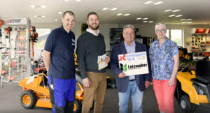 (von links): Michael Höhl mit Geschäftsführer Johannes Koch, dem Gewinner Edmund Schad und Manuela Vogel (Gewerbeverein Neuhof). Foto: Fotostudio Lippert