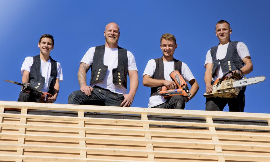 Dustin Gärtner (links), Dachdeckermeister Mathias Goldbach, Moritz Tesch und Artur Pelak. Fotos: Fotostudio Lippert
