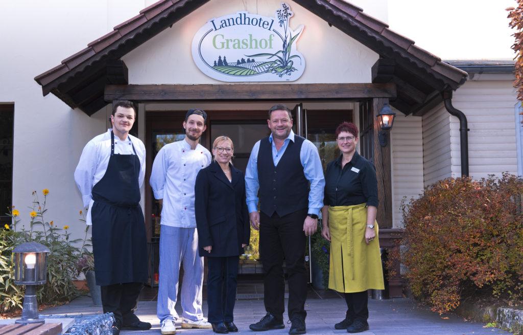 Das Team des Landhotels Grashof um Inhaber Karsten Klauschke. Foto: Fotostudio Lippert