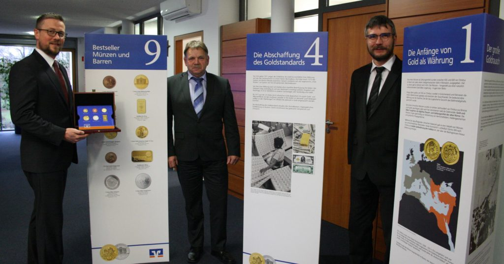 VR Regionalmarktleiter Frank Romstadt (links) freut sich auf interessierte Besucher.